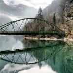 山と湖、橋のある景色