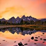 湖と山、夕日