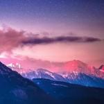 ピンク色の山々