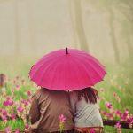 カップルとピンクの傘