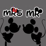 ミッキーマウスとミニーマウスのかわいいキスシーン